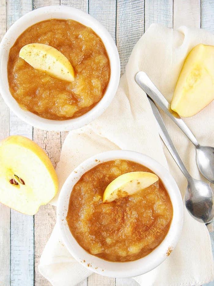 apfelmus selber machen eine diy anleitung schritt für schritt zwei löffel und grüne äpfel