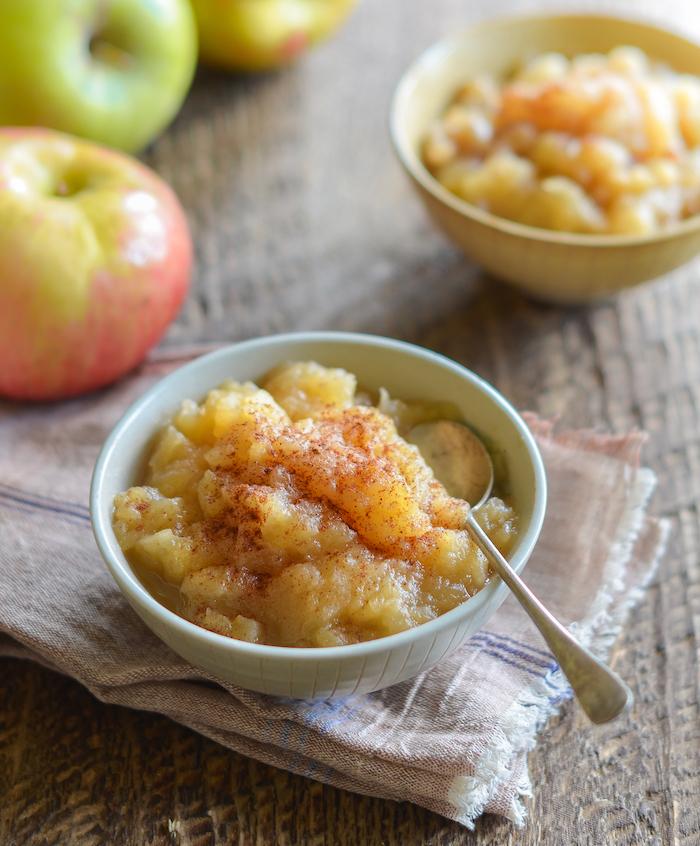 apfelmus selber machen schritt für schritt anleitung ein tuch zimt und geschnittene äpfel ein löffel grüne äpfel rezept für apfelmus