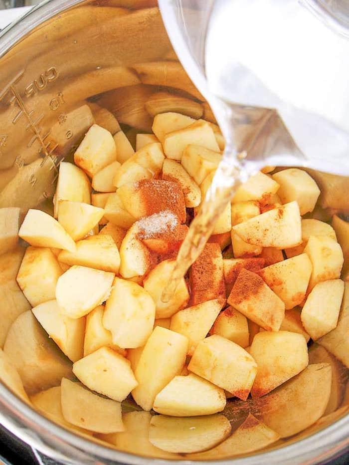apfelmus selber machen schritt für schritt anleitung zitronensaft ein topf mit zimt und geschnittenen äpfeln