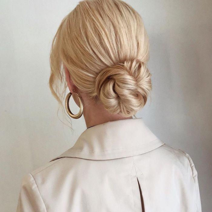 blonde haare mit strähnen goldene ohrringe beiger trench coat elegante hochsteckfrisur dutt frisuren 2020 hochzeit inspiration