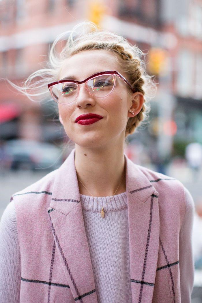 blonde hochgesteckte frisur mit zöpfen pink lila casual outfit in style brillen brillengestell in dunkellila dezente halskette