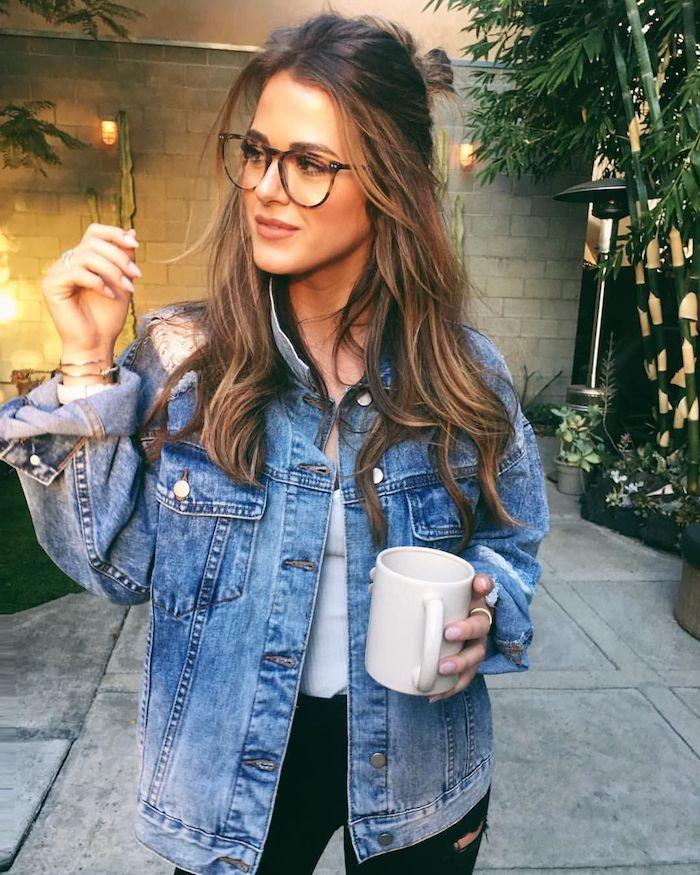 brillen trends 2020 damen moderne brillengestelle schwarz braun casual outfit jeans jacke schwarze jeans was für eine brille passt zu mit