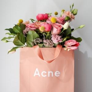 bunte blumen millenial pink farbe acne studios marke fashion brands skandinavischer stil