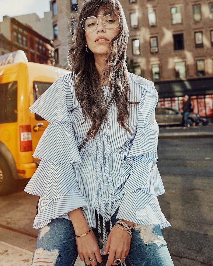 casual new york street style inspiration blau weiße gekräuselte bluse gerippte jeans pony frisuren 2020 trend moderne brillengestelle aviator brillen