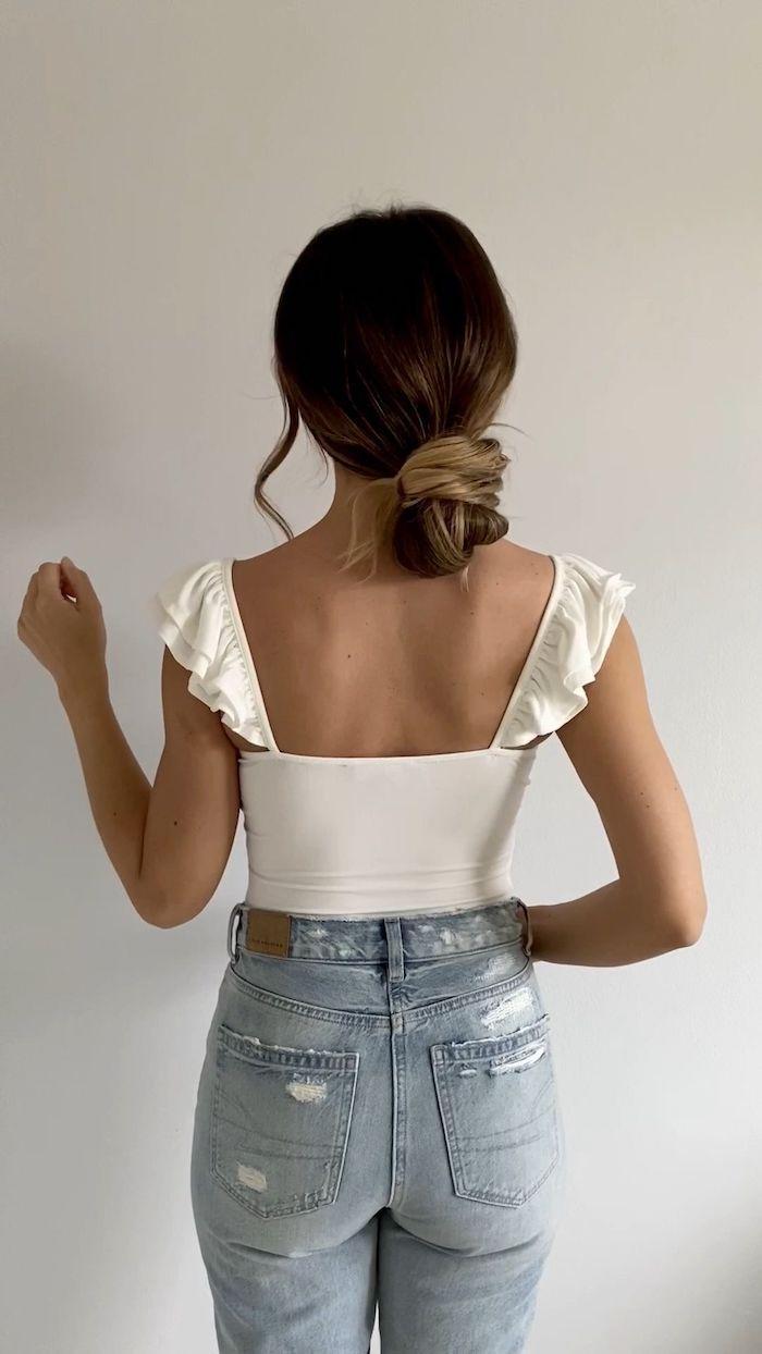 casual style inspiration jeans und weißes top braune haare mit blonden strähnen frisuren für lange haare nidrigen dutt machen hochsteckfrisuren ideen