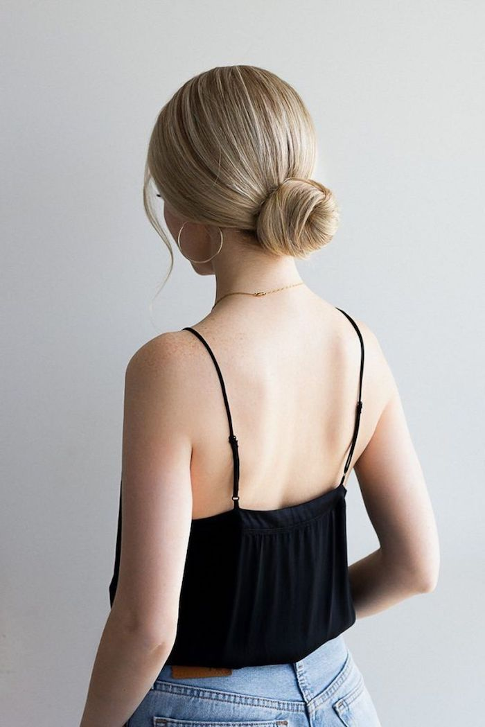 casual styling jeans schwarzes top lange blonde haare hochsteckfrisur dutt große kreolen langhaarfrisuren niedriger dutt