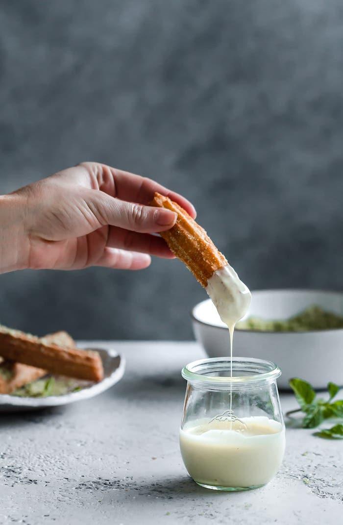 churros rezept eine hand mit churros rezept für churros mit pfefferminze und matcha weiße sauce