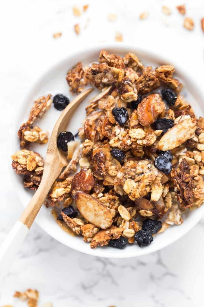 crunchy müsli selber machen backofen frühstück mit haferflocken nüssen und beeren bestes granola rezept