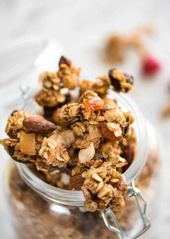 crunchy müsli selber machen backofen knuspermüsli mit nüssen granola rezept gesundes frühstück