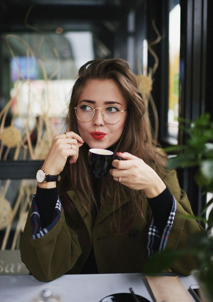 damen brillengestell schlichtes und elegantes design casual style moderner grüner trenchcoat dezentes make up roter lippenstift