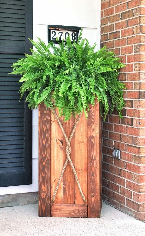 deko aus holz selber machen großer übertopf pflanzentopf blumentopf grüne pflanze außenbereich dekorieren gartendeko aus holz