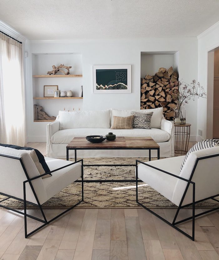 deko skandinavisch weiße sessel mit schwarzem rahmen großer couch dekoration mit holzmotiven kaffeetisch aus holz mit schwarzen beinen