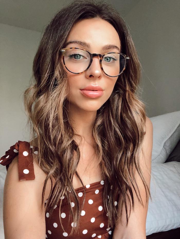 dunkelbraune haare mit blonden strähnen braunes top mit weißen pünktchen brillengestelle damen schwarz und braun moderne brillen trends 2020