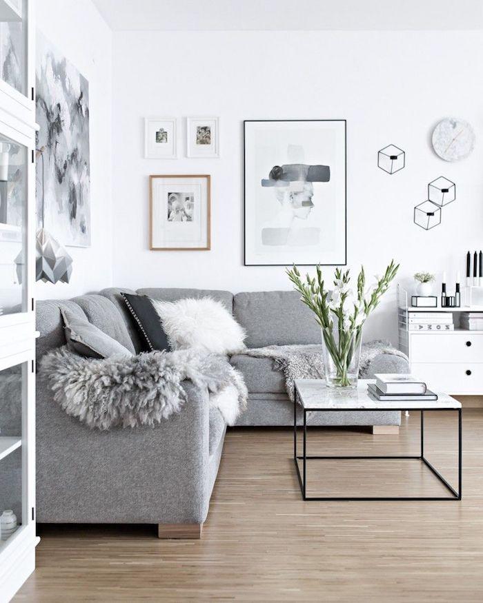ecksofa in grau schwedische möbel schwarzer kaffeetisch minimalistische gemälden moderne inneneinrichtung inspiration