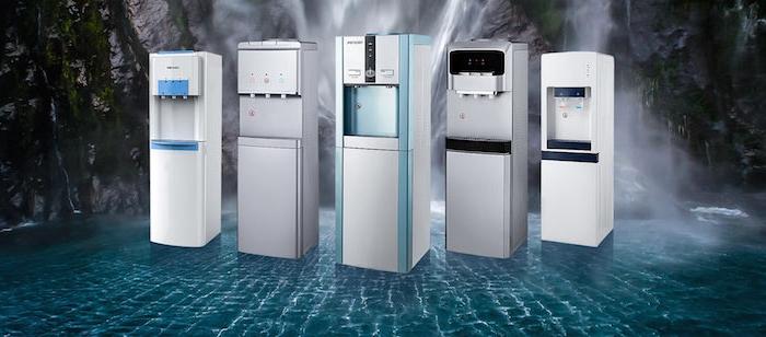 ein bild mit fünf weißen wasserspendern abgekochtes wasser trinken die vorteile im überblick