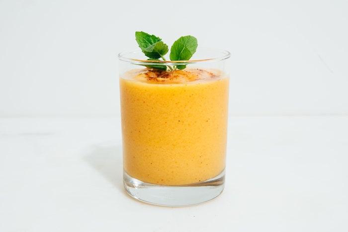 ein glas mit einem oragne getränk mango lassi rezept wie kann man eine mango schneiden minze