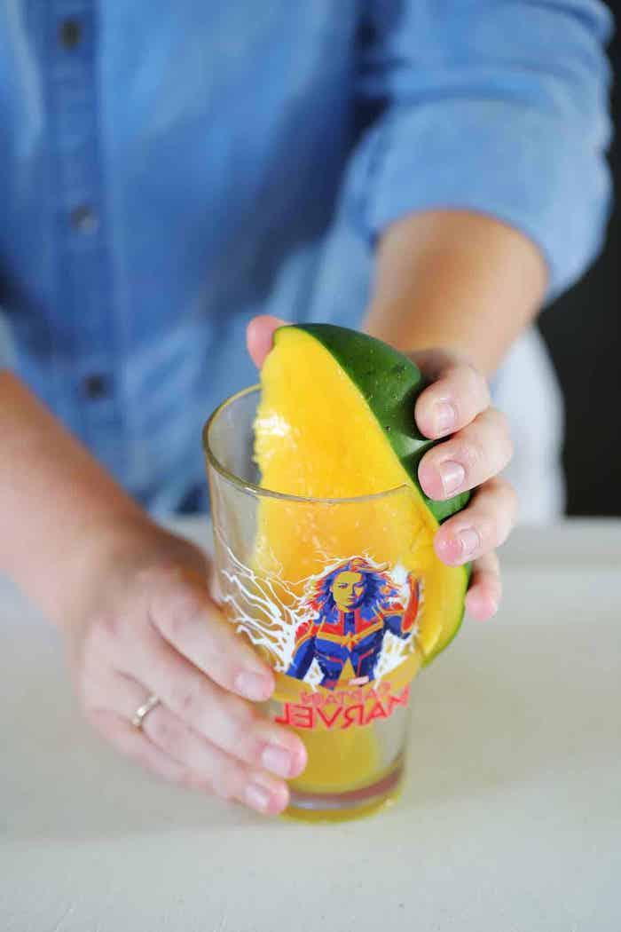 ein glas mit mango mit grüner schale wie kann man eine mango schneiden eine frau