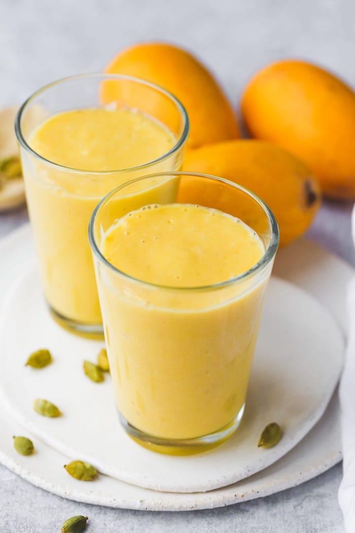 ein glas mit orangem mango lassi rezept wie kann man eine mango schneiden