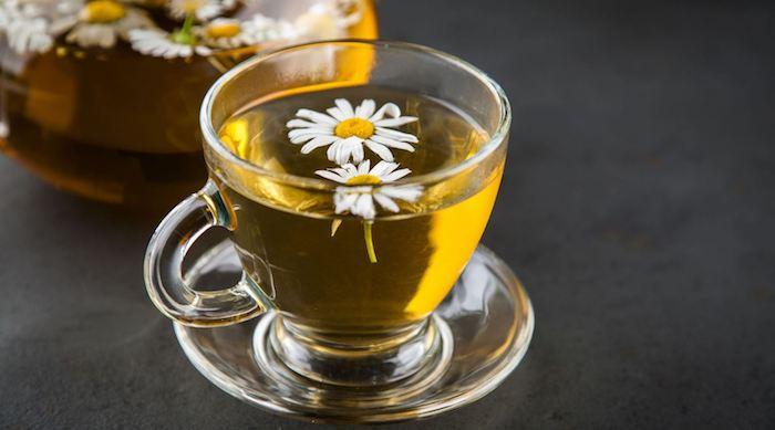 ein glas mit tee gegen sodbrennen hausmittel gegen sodbrennen kamilentee gegen sodbrennen