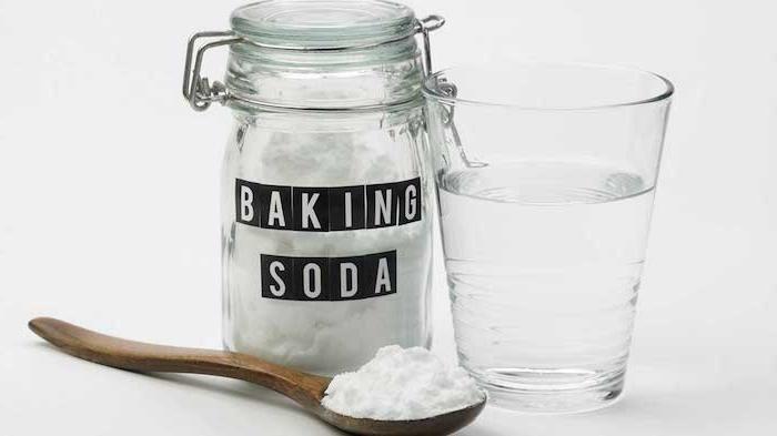 ein glas mit wasser und ein löffel mit backnatron was hilft gegen sodbrennen hausmittel gegen sodbrennen