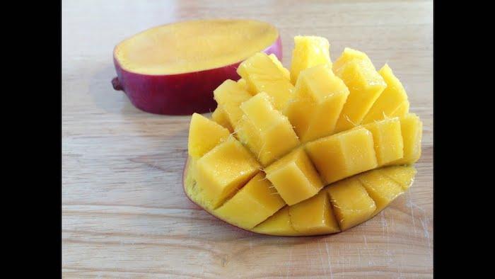 ein holzbrett eimango igel wie kann man eine mango schneiden diy schritt für schritt