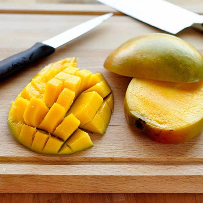 ein holzbrett und messeer einen mango igel selber machen eine reife mango erkennen