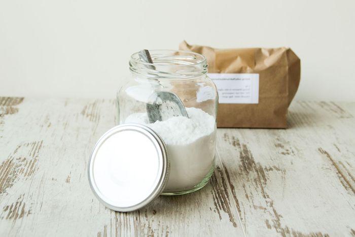 ein weißer tisch aus holz ein glas mit weißem ba cknatron was hilft gegen sodbrennen hausmittel gegen sodbrennen
