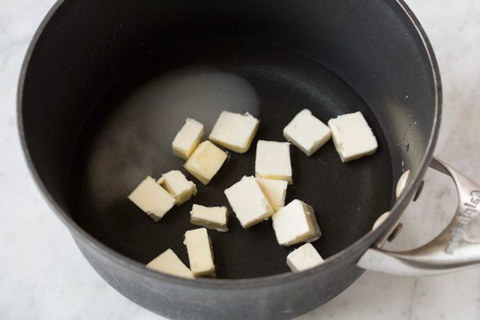 eine schritt für schritt anleitung für spanische churros rezept ein topf mit butter churros rezept