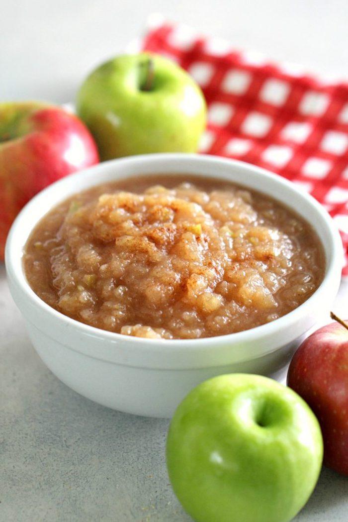 eine schritt für schritt diy anleitung für ein apfelmus eine schüssel mit wasser und roten äpfeln grüne äpfel