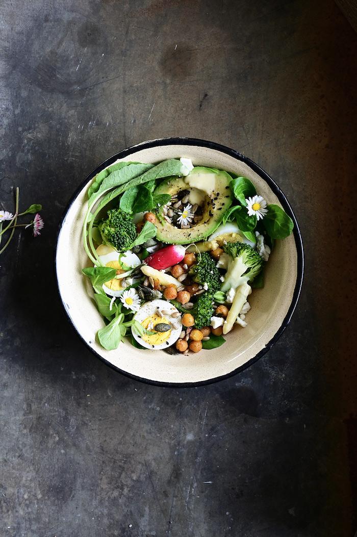 eine schüssel mit frischern spargelstangen ein salat mit eiern avocado basilikum und grünen spargelstangen