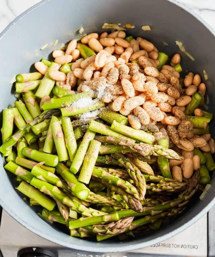 eine schüssel mit vielen grünen spargelstangen spargel rezepte rezept für salat mit spargeln