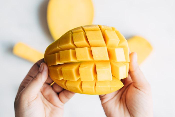 einen mango igel selber machen diy wie kann man eine mango schneiden hände mango