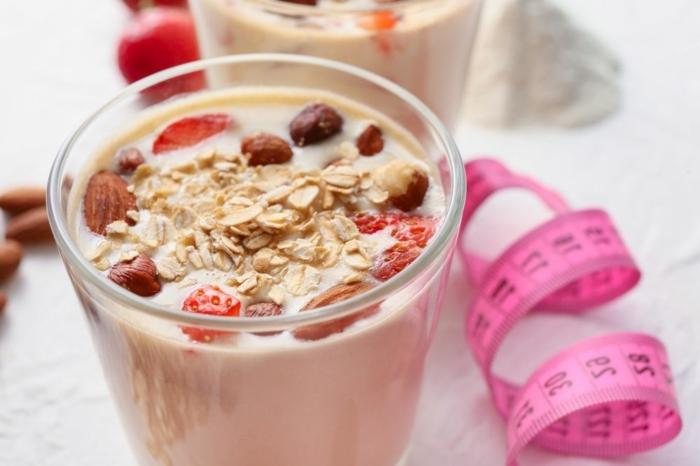 eiweißshake zum abnehmen proteinshake mit erdbeeren eiweißpulver mit schokolade gewichtverlust fördern