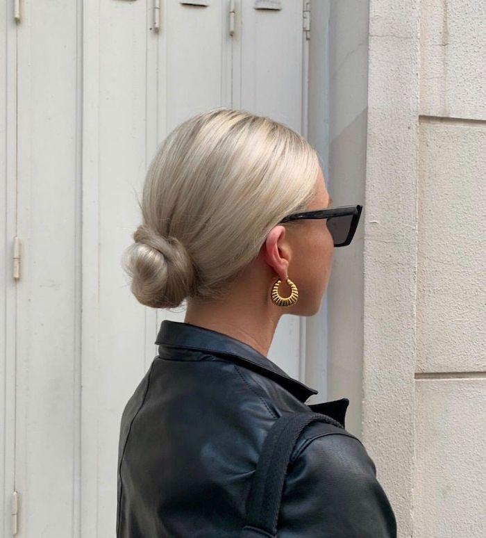 elegante dutt frisuren selber machen platinblonde haare goldene ohrringe schwarze lederjacke sonnenbrillen street style inspiration