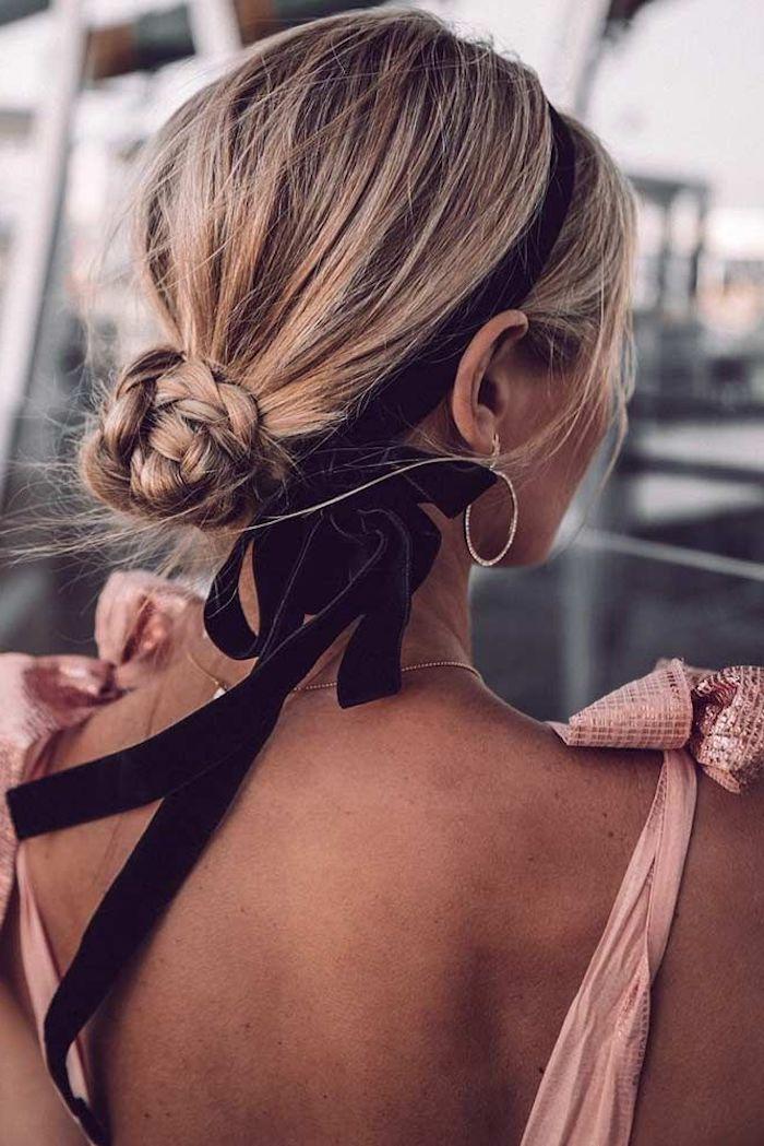 elegantes pinkes rückenloses kleid frisuren für lange haare inspiration flechtfrisuren mit dutt kleine kreolen blonde haare mit strähnen