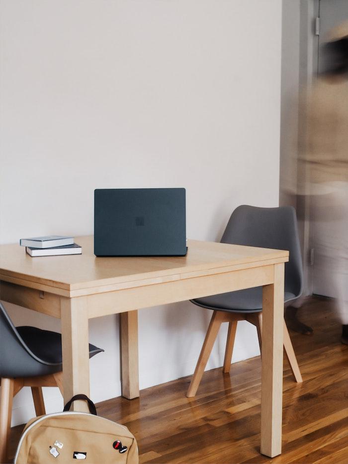 esstisch holz klein schwarzer laptop home office arbeit esstisch kaufen was müssen sie berücksichtigen graue stühle