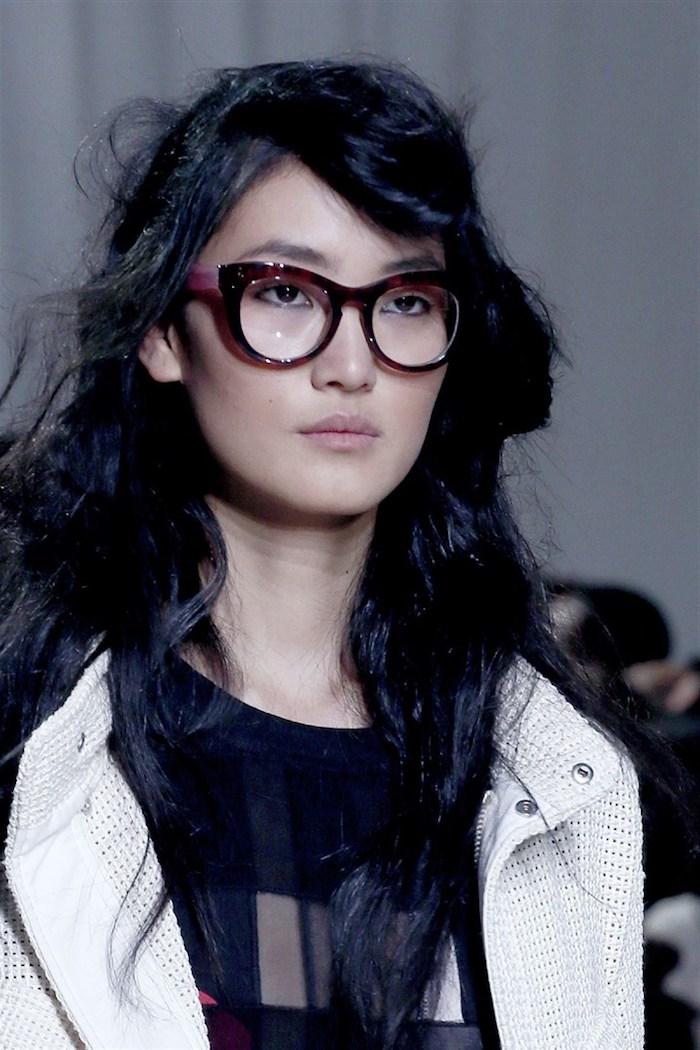 fashion week inspiration moderne brillengestelle trends 2020 schwarze brille mit dickem gestell frau mit schwarzen haaren