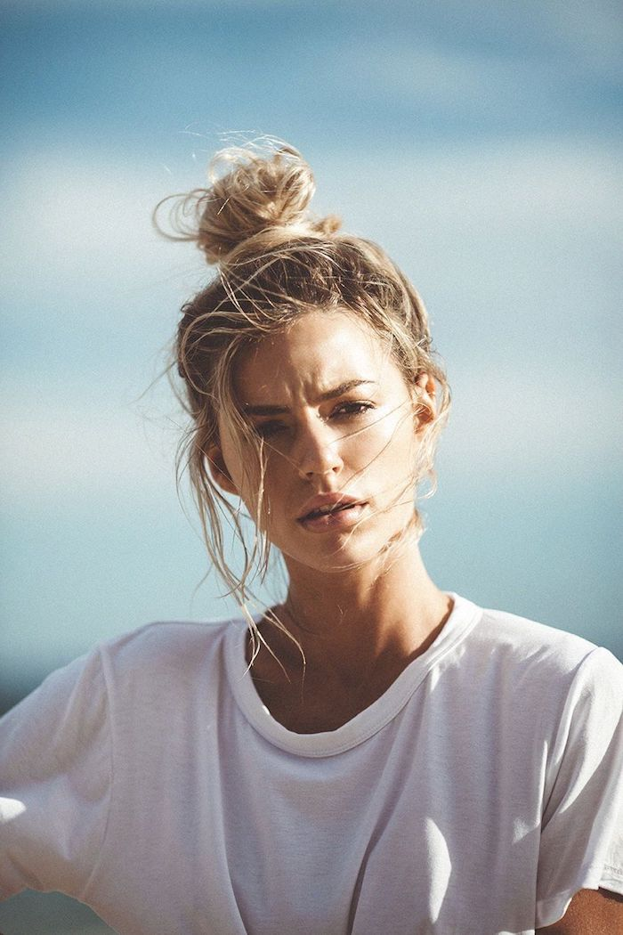 frau mit blonden haaren weißes oversized t shirt dutt machen ohne duttkissen braune haare mit blonden strähnen hochsteckfrisuren ideen