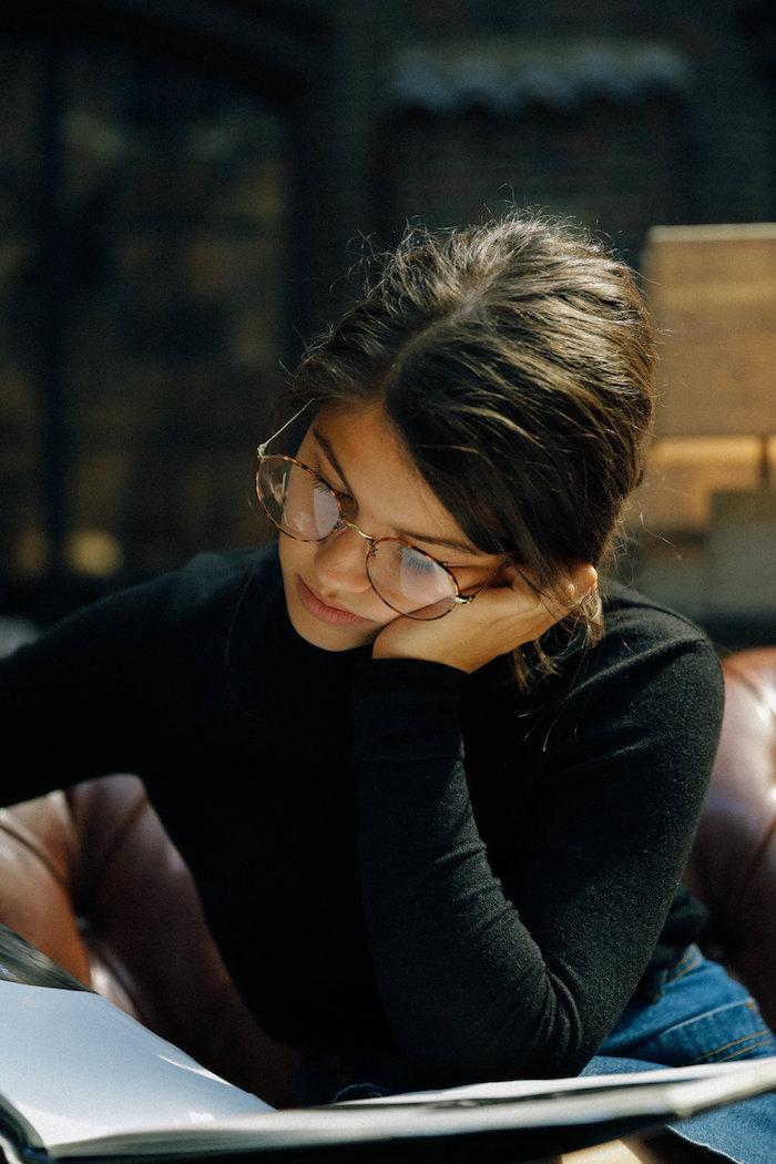 frau mit dunklen haaren brillen damen modern lässiges outfit schwarze rollkragenbluse und jeans brillengestelle inspiration