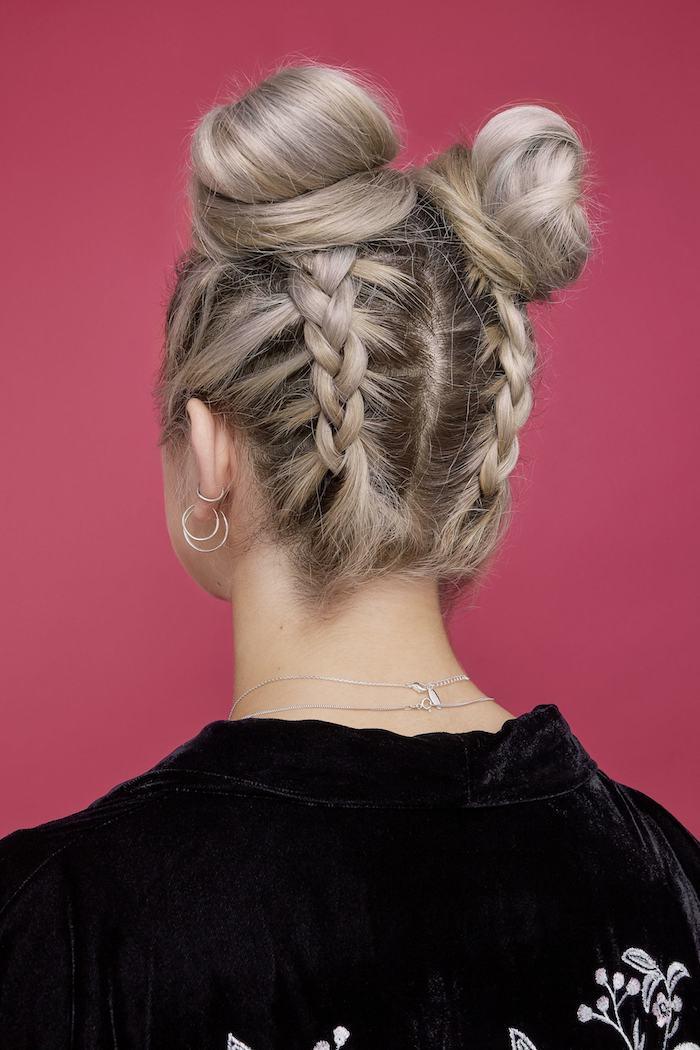 frisuren trends 2020 lange blonde haare felchtfrisuren mit dutt frisuren geflochtenzwei haarknotten mit zöpfen schwarze jacke
