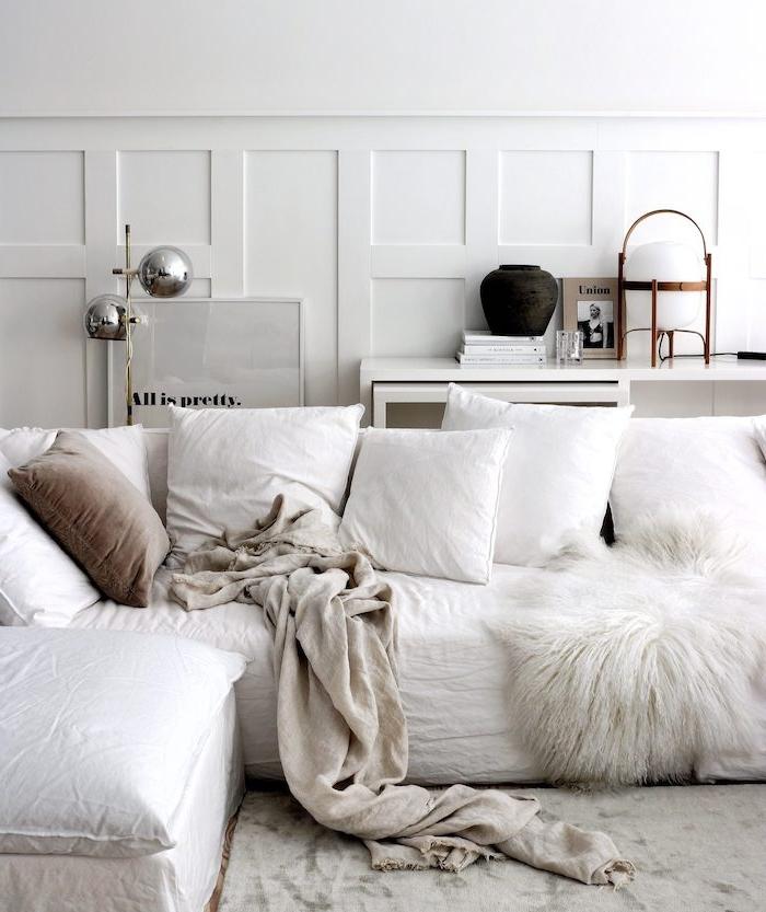 gemütliches ecksofa in weiß mit vielen kissen minimalistisches interior design skandinavische einrichtung wohnzimmer scandi style schlichte dekoration inspiration