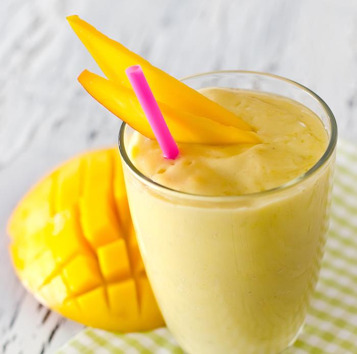 geschnittener mango igel ein glas mit mango lassi und strohhalm