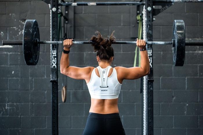 gewichtheben fitnesstudio krafttrainig für muskelaufbau training hilfreiche tipps myprotein gesunde ernährung mit proteinen