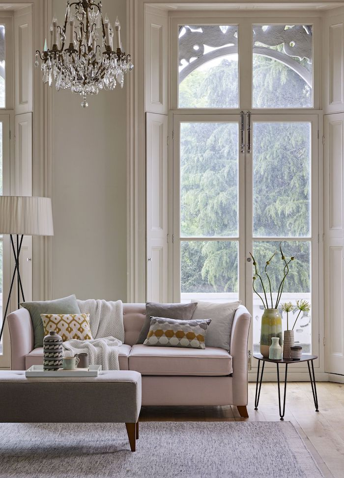 große französische fenster neutrale farben inneneinrichtung inspiration skandinavischer wohnstil blasspinker couch minimalistische innenausstattung ideen scandi style wohnzimmer