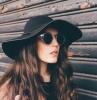 großer schwarze schlapphut runde sonnenbrillen lange braune haare gesicht schmuck piercing medusa inspiration ideen