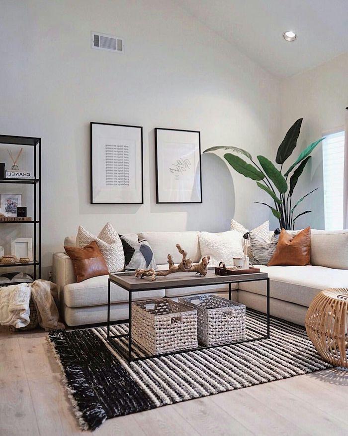 großes ecksofa mit kissen schwarz weißer moderner teppich dachschräge dekoration mit pflanze möbel skandinavisch scandi style wohnzimmer inspiration und ideen kaffeetisch aus holz und metall