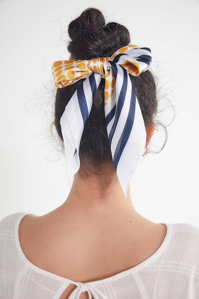 haarband accessoires für die haare schwarze hochgesteckte im lockeren knoten haare dutt machen weiße bluse hochsteckfrisuren inspiration