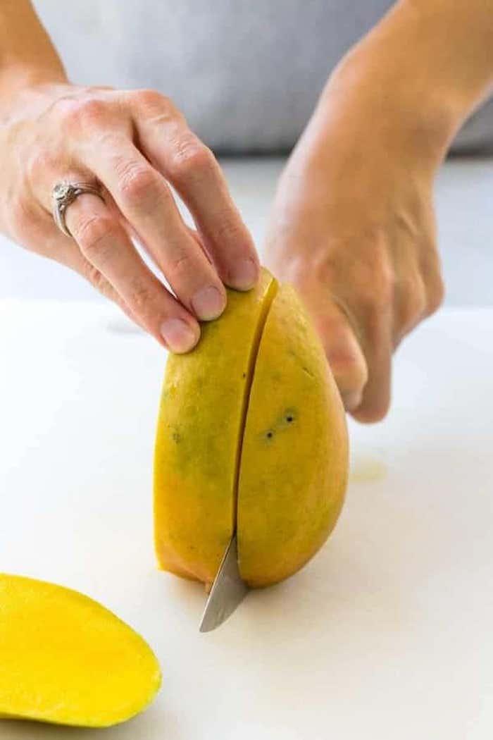 hand mit ring einer frau wie kann man eine mango schneiden anleitung diy