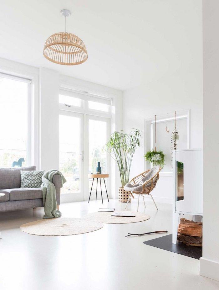 helle wohnung mit großen fenstern runde teppiche couch in grau dekoration grüne pflanze möbel skandinavisch großes wohnzimmer scandi interior design