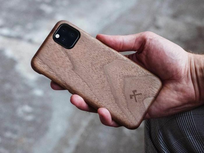 ideen für nachhaltige geschenke eine hand mit einem iphone mit einer braunen holzhülle für iphone resized